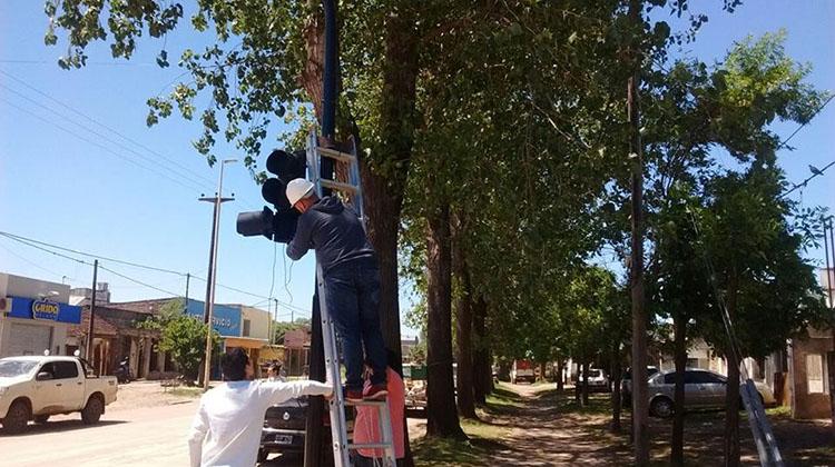 Colocan nuevo semáforo