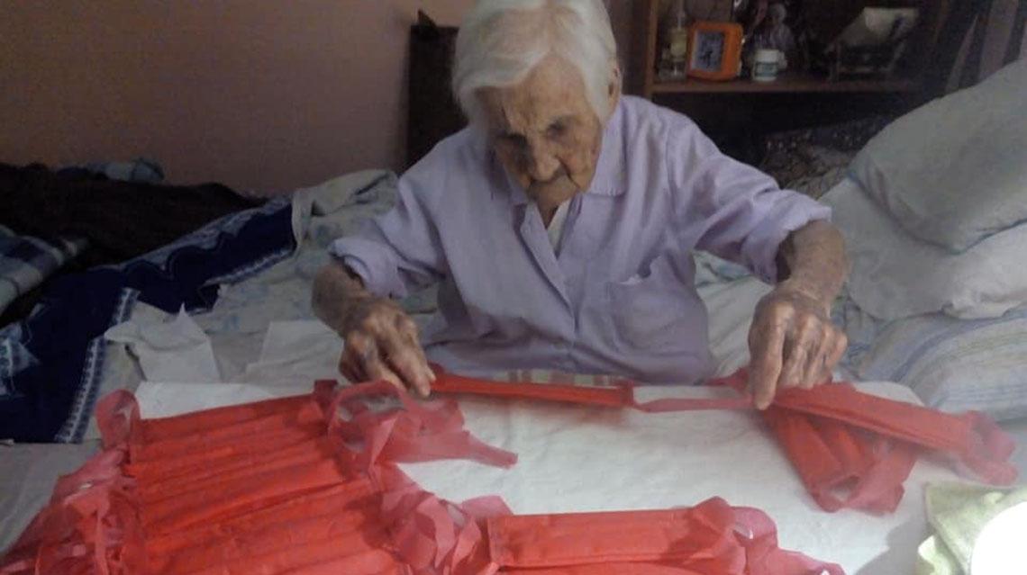 Solidaridad en tiempos de cuarentena: tiene 96 años y fabrica barbijos